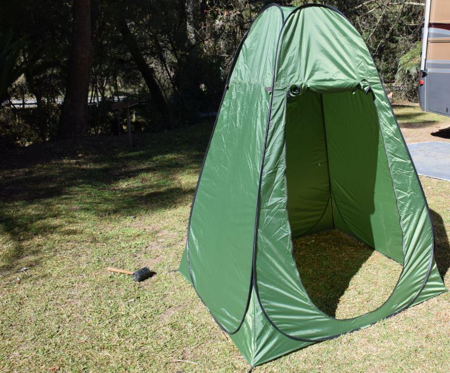 """34dec6372 A barraca banheiro da Blue Camping possui um sistema prático de montagem e  desmontagem conhecido popularmente como """"Pop Up"""" ou """"2 seconds""""."""