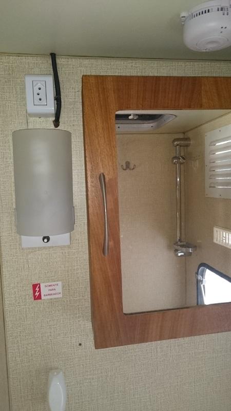 armário e luminária do banheiro