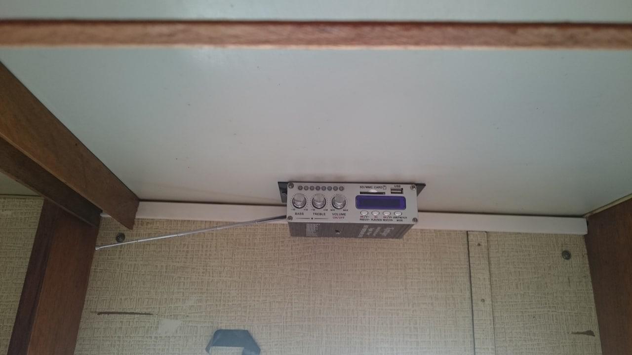 Som Mp3 colocado no teto em cima da porta de entrada