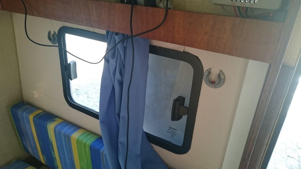Foto interna da janela e suportes para beliche de lona