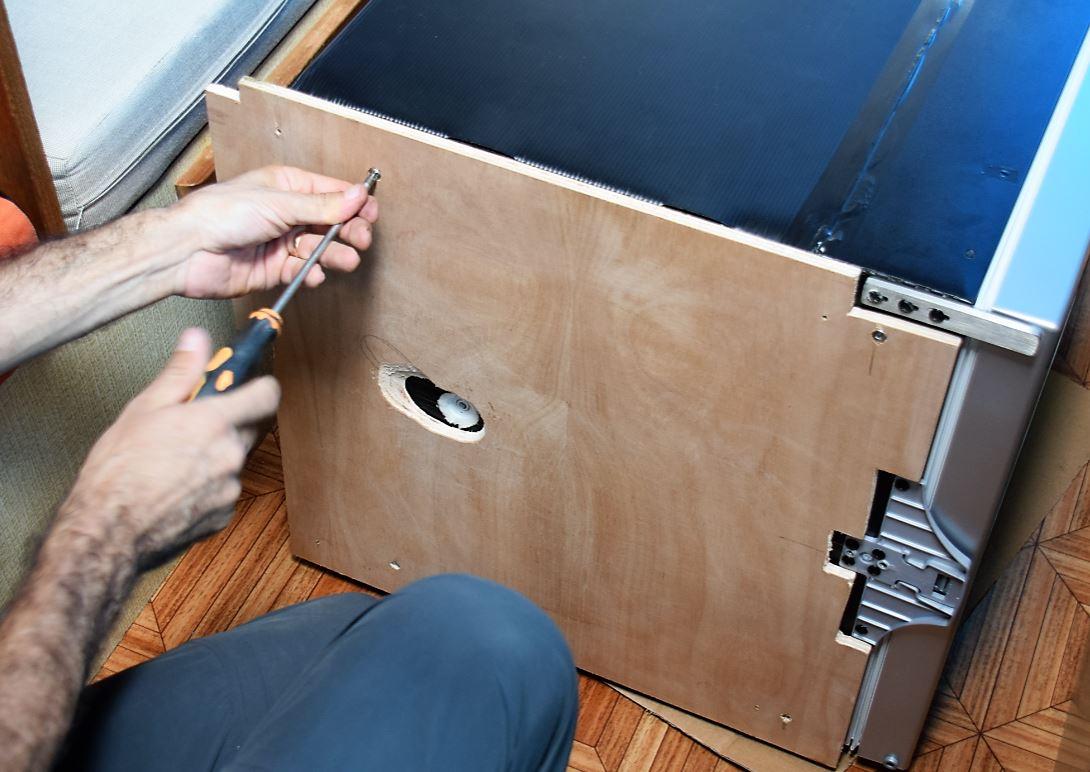 Base de madeira no lugar dos pezinhos de borracha para deslizar no nicho.