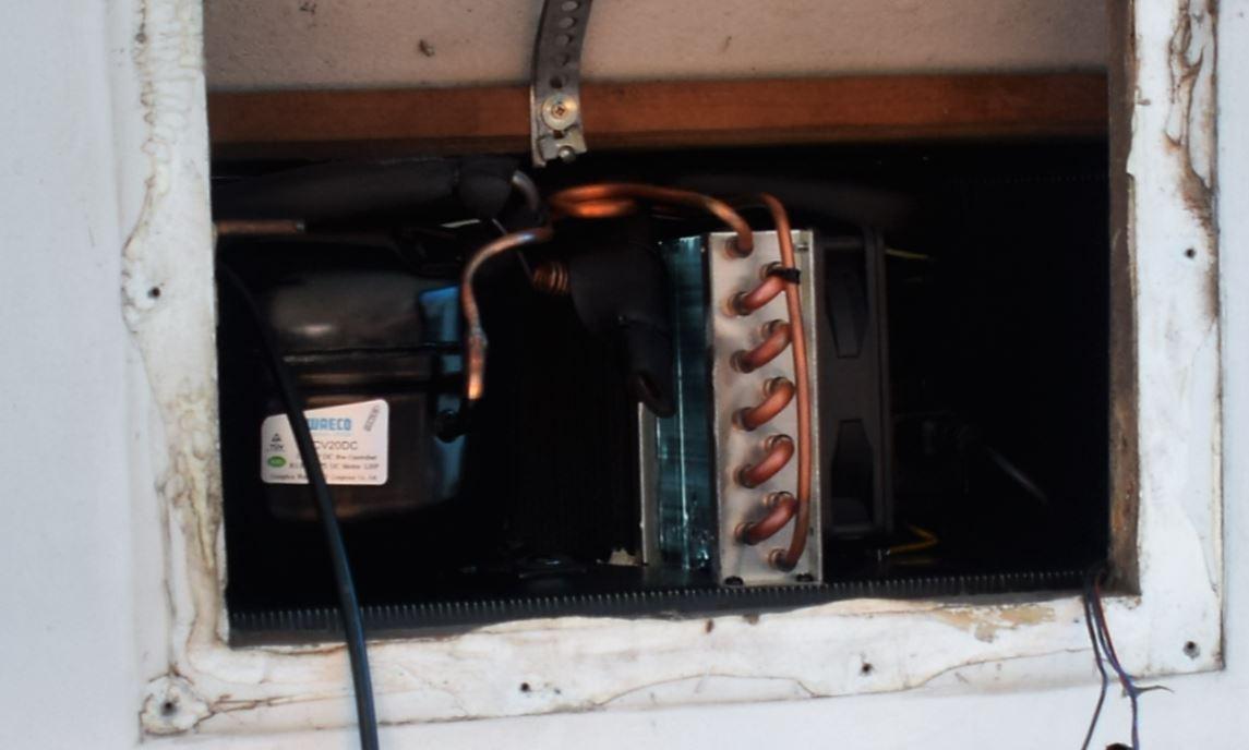 Sistema de troca de calor e compressão exatamente na base da grade superior.