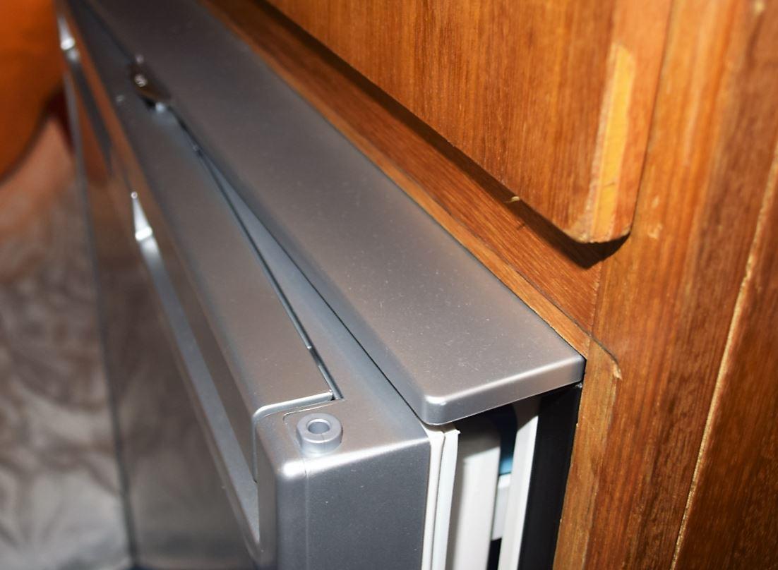 Porta trava semi-aberta para ventilar no degelo e secagem.