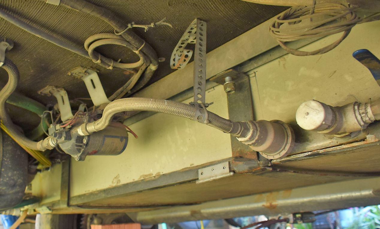 Caixa D´Água sob o assoalho do trailer e centralizada no eixo.