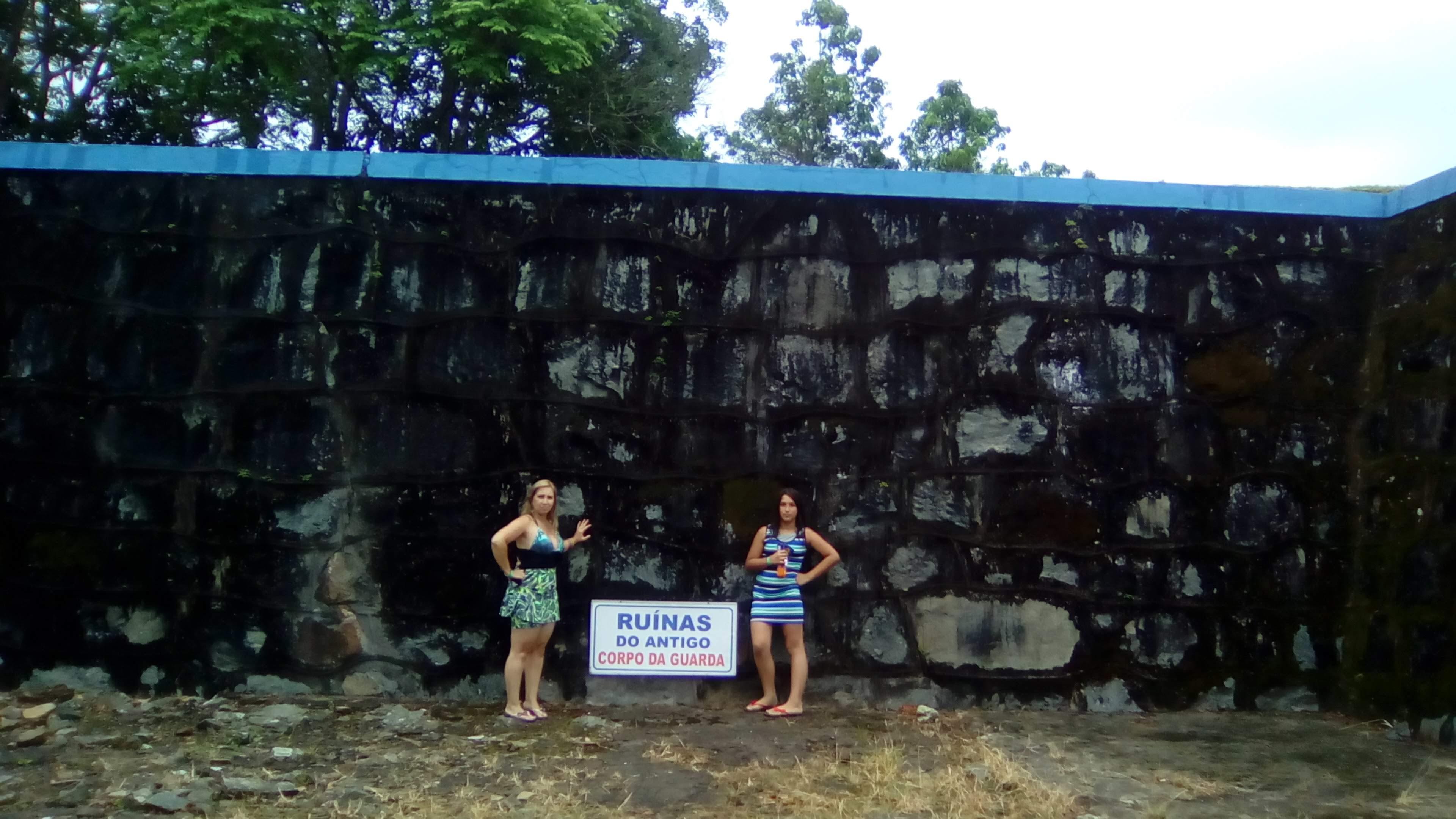 Minhas meninas cuidando das ruínas do forte.